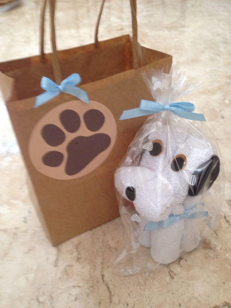 Lembrancinha de festa infantil: Dobradura de toalha Cachorrinho/ embalagem papel Kraft