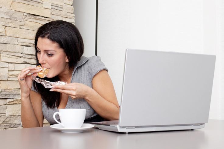 Cara mengatasi kebiasaan ngemil.  Kebiasaan sering makan dan minum yang tidak perlu bisa dimasukkan dalam kategori ngemil. Normalnya orang makan tiga kali sehari yaitu sarapan, makan siang dan makan malam dengan menu makanan yang kurang lebih empat sehat lima sempurna. Di luar itu kalau masih makan bisa dibilang ngemil. Biasanya orang kalau ngemil makanannya makanan ringan rendah gizi yang enak di lidah rasanya sekedar untuk menyenangkan diri sendiri.