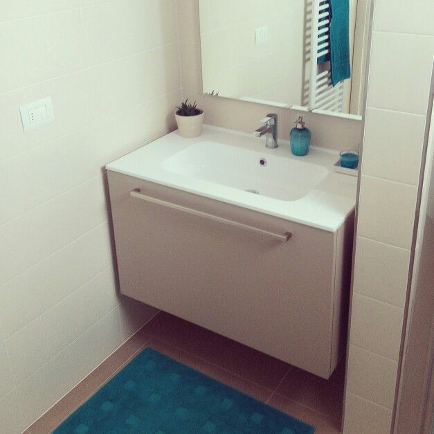 Bagno neutro con accessori turchese