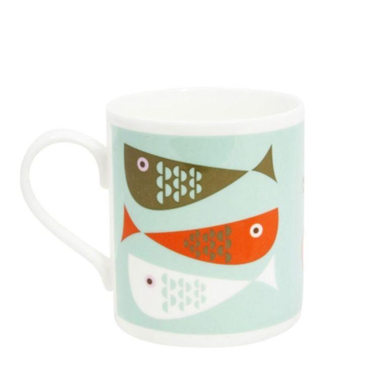 Dans les créations d'Isak autour de la Table, la collection de Mugs est vraiment réussie !Le Mug Poisson ? On aime son Graphisme Scandinave Original sur fond Vert d'EauOn l'assortit avec le Mug Fleurs ! Plein de Douceur avec ces belles Couleurs Pastels...Isak ? C'est Sandra Isaksson... On Aime !