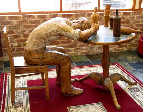 wooden-wine-drinker-sculpture-barossa-valley-south-australia