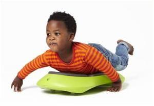 Floor surfer - også kaldet et rullebræt  Kan nu også laves selv af et plade og 4 hjul (fås fx i ikea)  :) det er godt at ligge på maven og arbejde - liggende balance, rum/retning, afværgereaktioner mm træner  indtil dit barn kan selv, kan du skubbe rullebrættet rundt www.ergokarin.dk