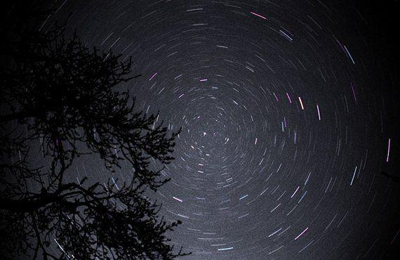 ¿Por qué la estrella Polar siempre está fija en el cielo? - http://www.meteorologiaenred.com/por-que-la-estrella-polar-siempre-esta-fija-en-el-cielo.html