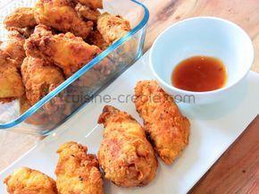 Pour 4 personnes 1kg d'ailes de poulet (ou filet) 250g de farine 1 gros œuf (ou 2 petits) 5cl de lait 1 citron vert 1 piment végétarien 1cc de poudre à colombo 1cc d'ail en poudre 1cc de thym sel et poivre Préparation Couper les ailes de poulet en deux. Mettre à mariner le poulet...
