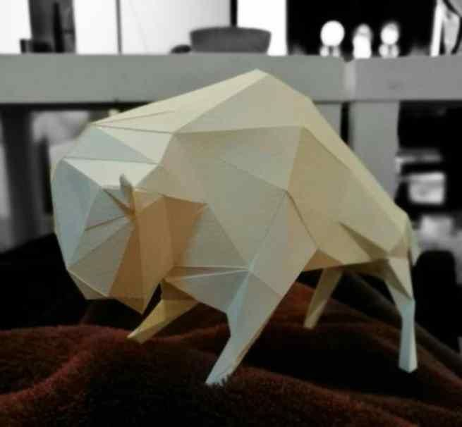 This low poly Bison paper model without textures is offered by Geo Animals , a Japanese website.    Este modelo de papel de um Bisão  em b...