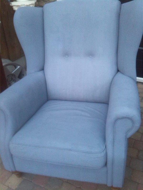 Hallo Shabbytreats,  Onze stoel even een ander kleurtje gegeven met Annie Sloan verf (old violet) Gewoon geweldig spul!!!!! Groetjes Petra.