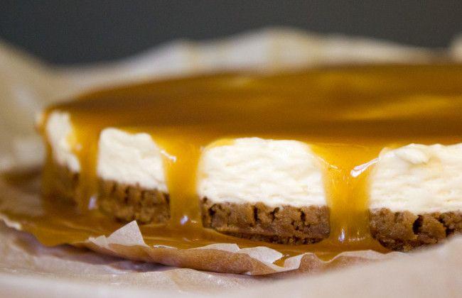 Met dit makkelijk recept maak je heerlijke bastogne cheesecake met butterscotch.