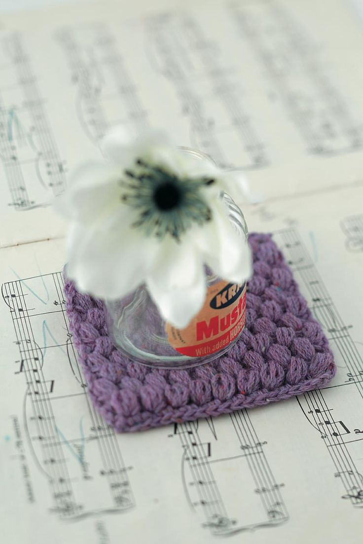 ぬくもりのあるニットのコースターは、花びんをのせても◎/玉編みのスヌードと小物(「はんど&はあと」2013年11月号)