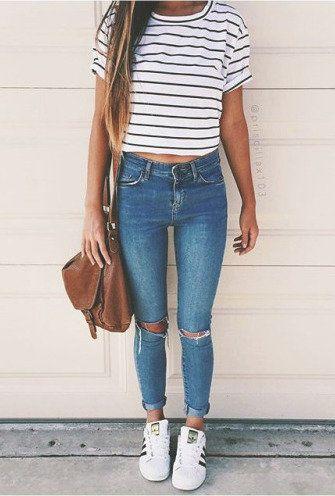 Cómodo para ir a estudiar! Bbys , los jeans a la cintura son lo mejor! no duden en comprar uno! un polo basic y unas zapatillas veo que éstas se han puesto de moda. #adidas #jeans #basic