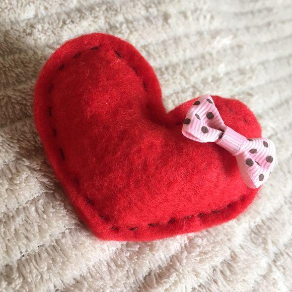 Kit de 8 corações em feltro vermelho com lacinho rosa e cabo de madeira.    Eles podem ser usados amarrados juntos como um buquê, fincados na grama para casamentos no campo, ou fincados na areia para casamentos na praia! :)    Cada coração tem aproximadamente 8cm de largura por 7cm de altura (sem...