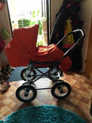 Säljer en mycket fin brio happy duo vagn. Liggdelen och åkpåsen är lite mörkare orange i färgen och använd i 6 månader av ett barn. Sittdelen med footsack är lysande orange i färgen och använd av ett barn i 2 månader. Chassit har lufthjul och telesko...
