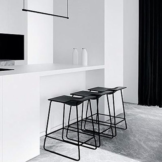 This kitchen! Just fabulous! By #tamizoarchitects - wish I could get my hands on these stools! #marble #blackandwhite #kitchendesign #minimalist #minimalism