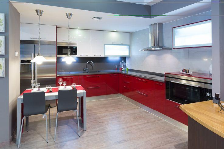 Laca brillo, vitrinas iluminadas, y un showroom para que vengas a verlo. Aquí las cosas si se tocan, mucho mejor #Cocinas #Madrid