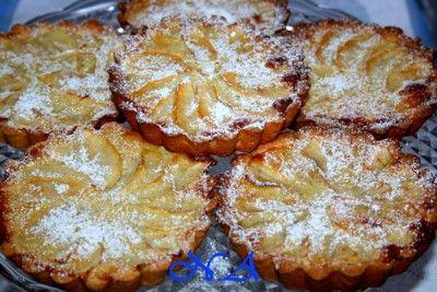 Яблочные мини- пироги тесто: 100 гр маргарина 1 желток 2 ст.л сметаны разрыхлитель-1 ч.л мука около 250-300 гр сахар-70-100 гр  заливка: цедра половины лимона 1 ст.л кукурузного крахмала 1 ч.л корицы 1 яицо+1 белок 200 мл сливок 50-70 гр сахара