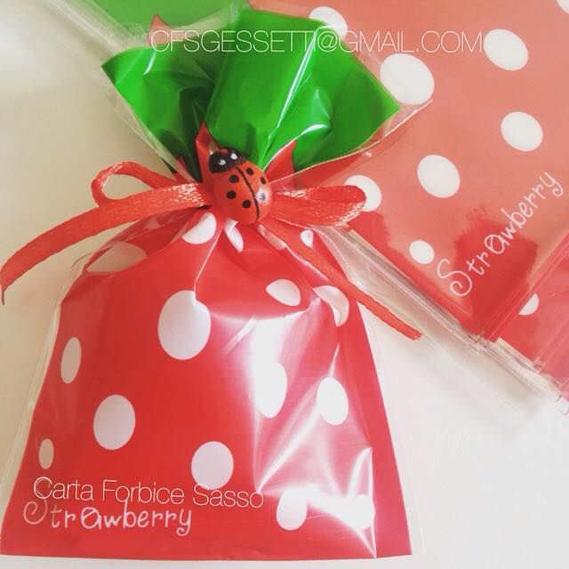 Sacchetto per bon bon ...come una dolce fragolina rossa, per una festa a tema o un ricordo dolce.  Bag for bon bon ... as a sweet strawberry red , for a theme party or a gentle reminder