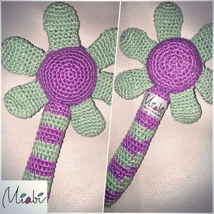 miabi_detalles:: Maraquita en forma de flor tejida en crochet al estilo #amigurumi para bebes 0. Hilo 100% algodón lavable #regalitos #newborn #amigurumipanama #miabi_detalles