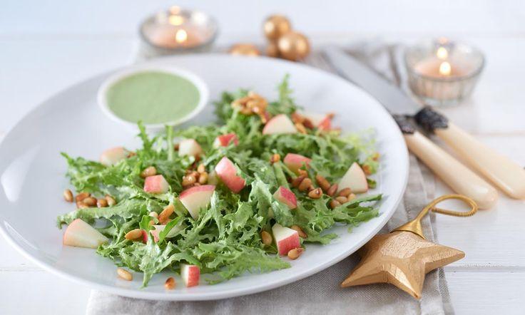 Friséesalat mit Kräuterdressing Rezept: Frischer Salat mit Apfelwürfel, Pinienkernen und Kräuterdressing - Eins von 7.000 leckeren, gelingsicheren Rezepten von Dr. Oetker!