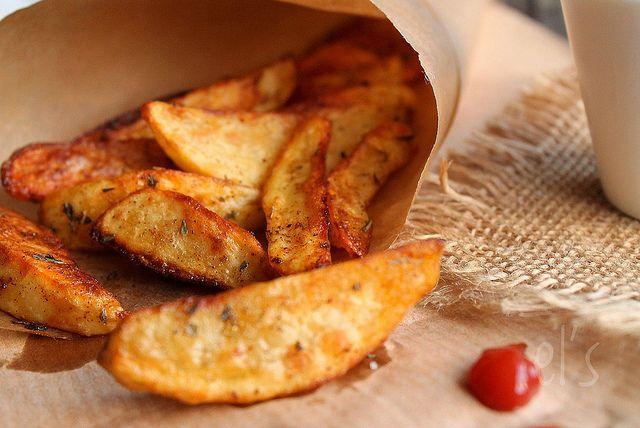 Recette de Potatoes maison 4 pers - 500 g de pommes de terre, 1 filet d'huile d'olive, 1 c.à s. de paprika, 1 c.à s d'herbes de Provence  + 1cas de farine- 20/25 mn four 210