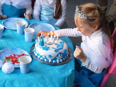 """Voici la recette du gâteau d'anniversaire Reine des Neiges pour les 6 ans de Lola à l'occasion de sont gouter """"Princesse"""" avec ses copines de classe."""