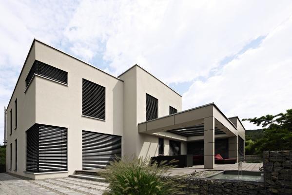 Eindrucksvolle, funktionale Architektur verbunden mit modernen Raffstoren, die sich harmonisch in Ihre Fassade einfügen. #Sonnenschutz #Jalousien #außen