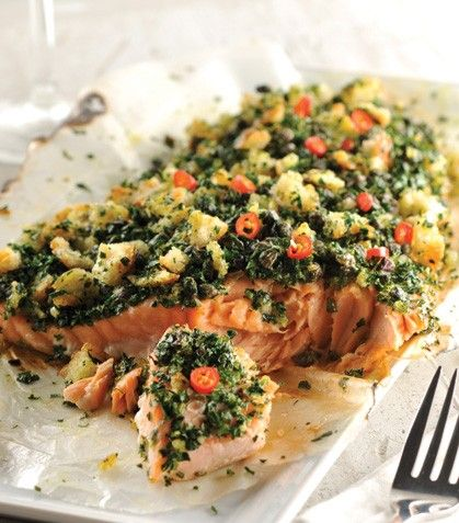 Lomo de salmón con costra de ajo y perejil.