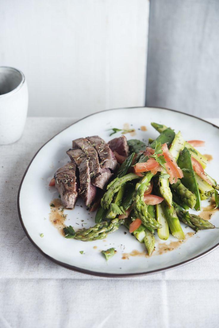 Steak met groene asperges, peultjes en tomaat