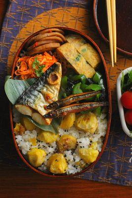 栗ご飯 焼き塩鯖 焼ききびなご 青葱入り卵焼き 蓮根のきんぴら ピーマンの海苔和え 人参のカレーツナマヨサラダ サラダ