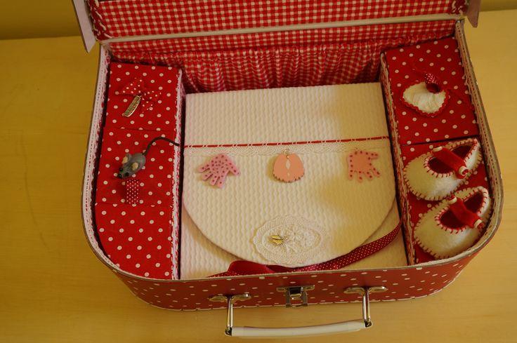 Valisette de naissance : intérieur (1ère dent, 1ers chaussons, 1ère mèche de cheveux, 1er bavoir, empreinte pied ou main, etc ..)