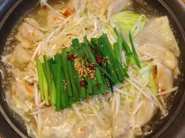 超簡単で美味しい!塩餃子鍋【もつ鍋風】の画像
