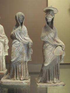 Οι Ταναγραίες κόρες παρουσιάζουν ως επί το πλείστον ευγενείς κυρίες,πρότυπα ιδανικής ομορφιάς και μόδας της εποχής τους,Η ενδυμασία είναι πολυτελής και περίτεχνα διπλωμένη ενώ τονίζουν τις ωραίες γραμμές του σώματός .