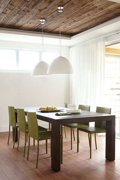 Salle à manger avec plafond en bois récupéré et table en bois