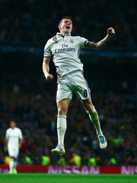 Toni Kroos, del Real Madrid, celebra gol durante el partido de ida de la UEFA Champions League. Real Madrid CF y el SSC Napoli en el Estadio Santiago Bernabéu el 15 de febrero de 2017 en Madrid, España.