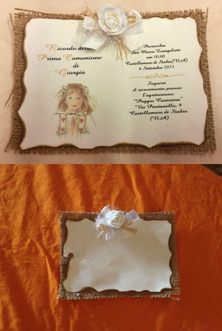 Invito comunione realizzato con iuta, paglia, nastro ecru a pois bianco e rosellina bianca. L'invito è stampato su carta rigata e bruciata a mano al contorno.