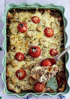 Ingredientes 500 g de carne moída; 1 colher (café) de alho amassado; Orégano e sal a gosto; 1 cebola picada; 1/2 pimentão amarelo picado; 2 tomates picados; 2 xícaras de farinha de trigo; 1 colher (sopa) de azeite + 1 pouco para untar; 1 pote de requeijão; 8 fatias de mussarela; Queijo parmesão ralado a gosto; Azeitonas; Tomatinhos-cereja.  Modo de fazer 1 Tempere a carne com o alho, sal e orégano. Misture a cebola, o pimentão e os tomates picados, mais o azeite e a farinha ...
