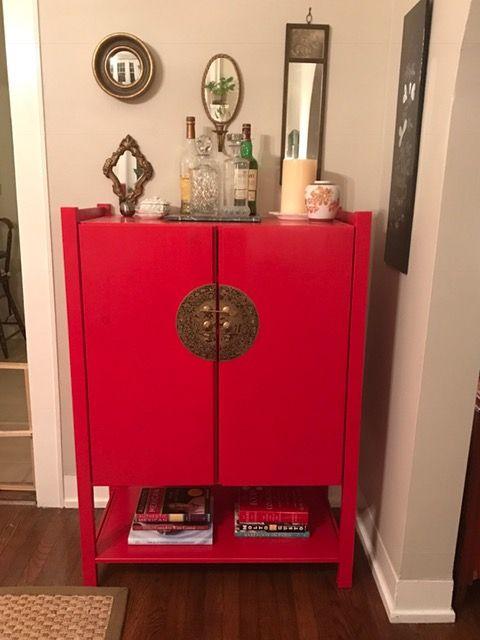 J'ai récemment transformé un meuble IVA en chinoiserie. J'ai utilisé le meuble IVAR de 50 cm de profondeur, deux sections IVAR de 50 cm x 120 cm, et une étagère supplémentaire de 50 cm (en plus des deux autres qui venaient déjà avec le meuble). J'ai peint tous les éléments avec de la peinture Valspar rouge cerise brillante (à l'eau), puis un vernis Minwac Polycrylic. Si vous avez assez de patience pour de la laque à base d'huile, c'est encore mieux! J'ai ensuite assemblé le meuble IVAR, en…