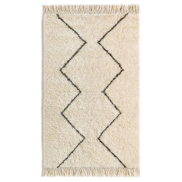 Style berbère pour ce tapis bicolore en pure laine naturelle. Finition frangée nouée.Composition :- Tapis 100% laine Caractéristiques- Type de fabrication : tissé main- Poids : 2400 à 2600 g/m²- Hauteur des poils : 2 à 2,5 cmEntretienAspirer régulièrement. Nettoyer immédiatement les tâches avec un chiffon mouillé et propre. Nettoyage à sec recommandé. Dimensions du tapis :Taille 1 : Largeur : 120 cmLongueur : 180 cmTaille 2 : Largeur : 160 cmLongueur : 230 cmTaille 3 : Largeur : 200…