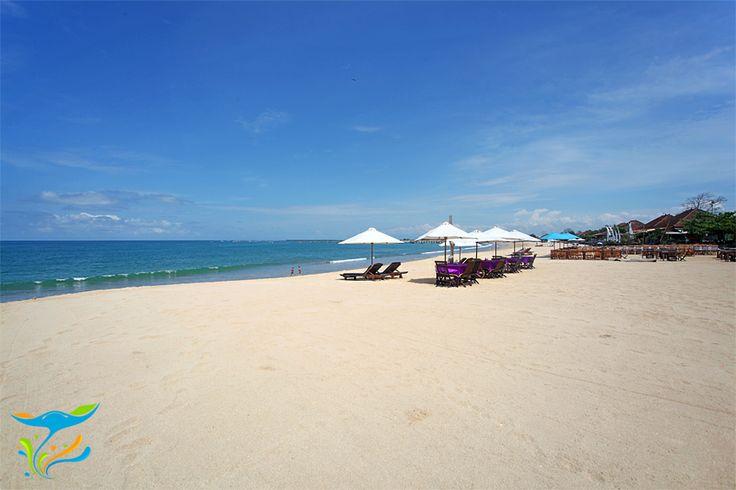 Lagi-lagi, jejeran payung pantai di sepanjang bentangan pasir putih Pantai Kedonganan, cocok buat mereka yang ingin menikmati panorama pantai di siang hari tapi nggak mau panas-panasan.