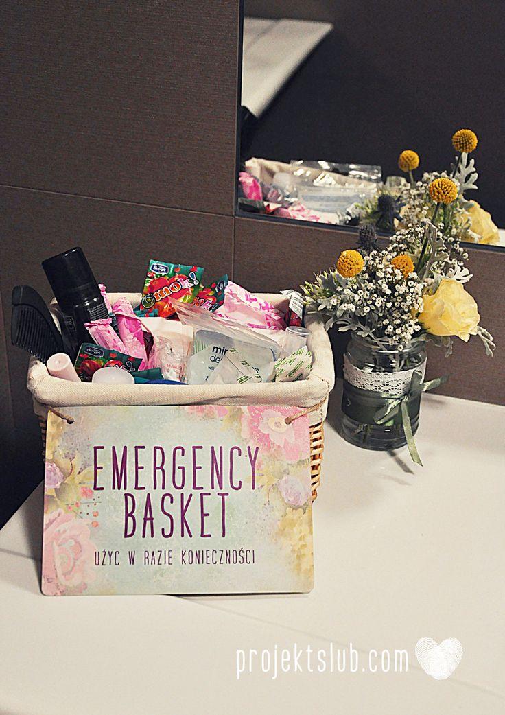 Koszyczek do zadań specjalnych z zestawem ratunkowym świetnie sprawdzi się na każdym weselu. Tabliczka Emergency Basket z kolekcji BOHO WIANEK od Projekt Ślub Więcej na projektslub.com