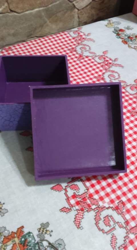 Caixa para lembrancinhas - acompanha sabonete Medidas: 10 cm X 10 cm X 5 cm Técnica: Decoupage na caixa e no sabonete e craquele