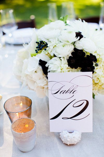 table: Centerpiece, White Flower, Tables Sets, Floral Design, Black And White, Events Coordinates, Black Flower, Tables Card, Tables Numbers