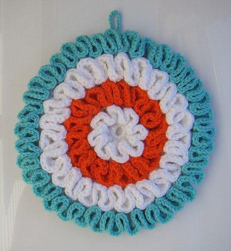 Crochet Ruffled Potholder Tutorial - pattern here: http://www.theroyalsisters.blogspot.it/2010/02/grandma-potholder-tutorial-part1.html