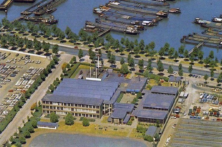 Rotterdam: De Waalhaven, 1974 met de Havenvakschool en links General Motors