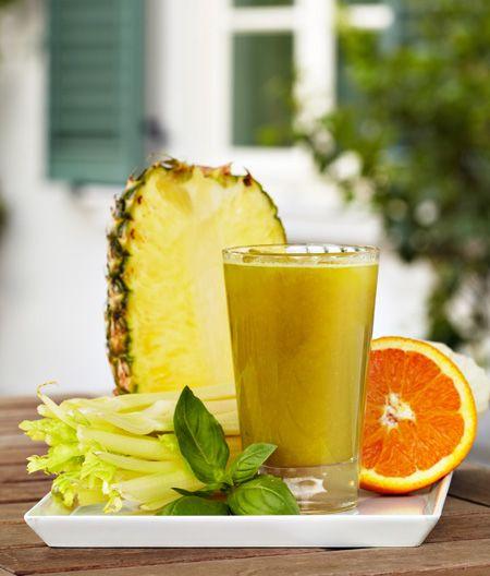 Ingredienti per un bicchiere: ● 1/4 di ananas; ● 2 coste centrali di sedano; ● 4 5 foglie di basilico; ● un'arancia. GUARDA ANCHE: COMBATTI LA CELLULITE CON IL SEDANO
