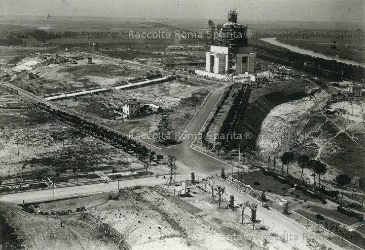 EUR - Piazzale dei Santi Pietro e Paolo La chiesa in costruzione nel 1940