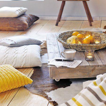 Entspannende Wohnideen: Mit Kuhfell, gestrickten Sitzkissen und einem selbst gezimmerten Tisch aus massiven Holzbrettern tauchen Sie ganz lässig ab.   http://wohnidee.wunderweib.de/einrichtenundrenovieren/themenundstil/bildergalerie-2277056-themenundstil/Natuerlich-schick-Wohnideen-mit-Stil.html