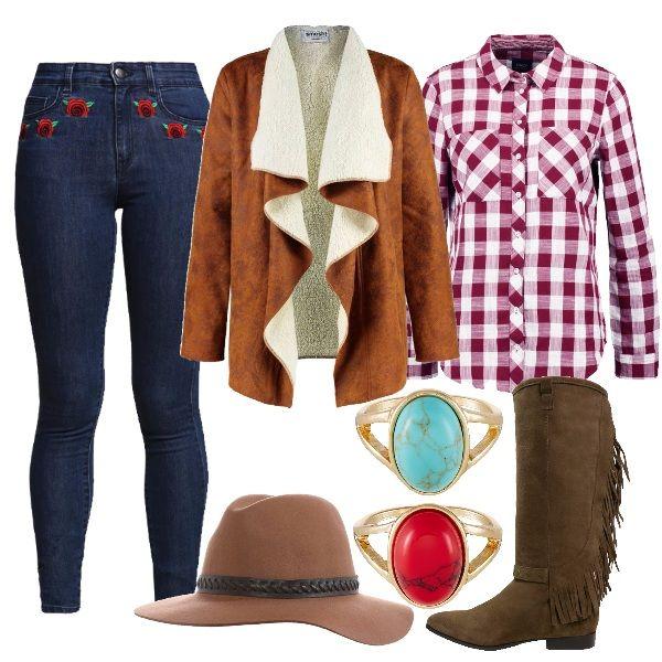 Se siete in vena di sperimentare uno stile diverso, una proposta country-western. Jeans con rose ricamate, camicia a quadri, ecomontone, stivale texano con frange, cappello dal richiamo cowboy e anelli con pietre.