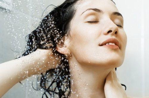 Que tal experimentar um shampoo feito por você mesma, livre de tanta química pesada e bem baratinho? Aprenda aqui a fazer um shampoo caseiro e natural!