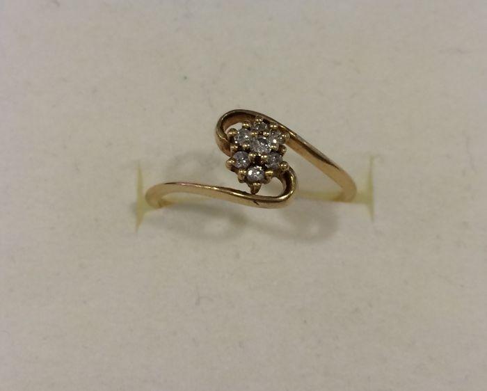 Bloem-vormige ring met goud en diamanten - 17 mm - Ringmaat: ES 14  18 kt geel goud. De ring heeft 7 briljant geslepen diamanten van elke 15 mm. Diamanten zijn 002 ct (15 mm) Kleur van de diamant: tussen H en J Helderheid: VVS1-VVS2 De diameter van de ring is 17 mm die komt overeen met grootte 14 in Spanje. Gewicht: 2 g. Tweedehands stuk van juwelen. Verzending via aangetekende post ten laste van de koper of de lokale collectie.  EUR 1.00  Meer informatie