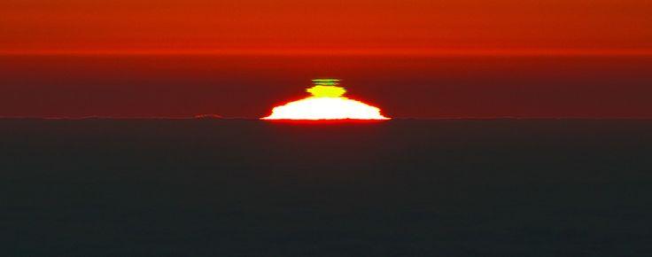Coucher de soleil et son rayon vert, photographiédepuis le site du VLT (Very Large Telescope) sur leCerro Paranal, sommetchilien qui culmine à 2600m d'altitude dans le désert d'Acatama. (ESO/Gianluca Lombardi)