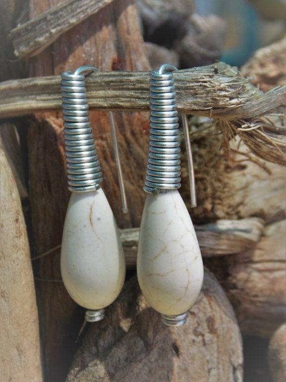 Alambre de joyería envuelta, totalmente hecho a mano con piedra blanca. Es una…